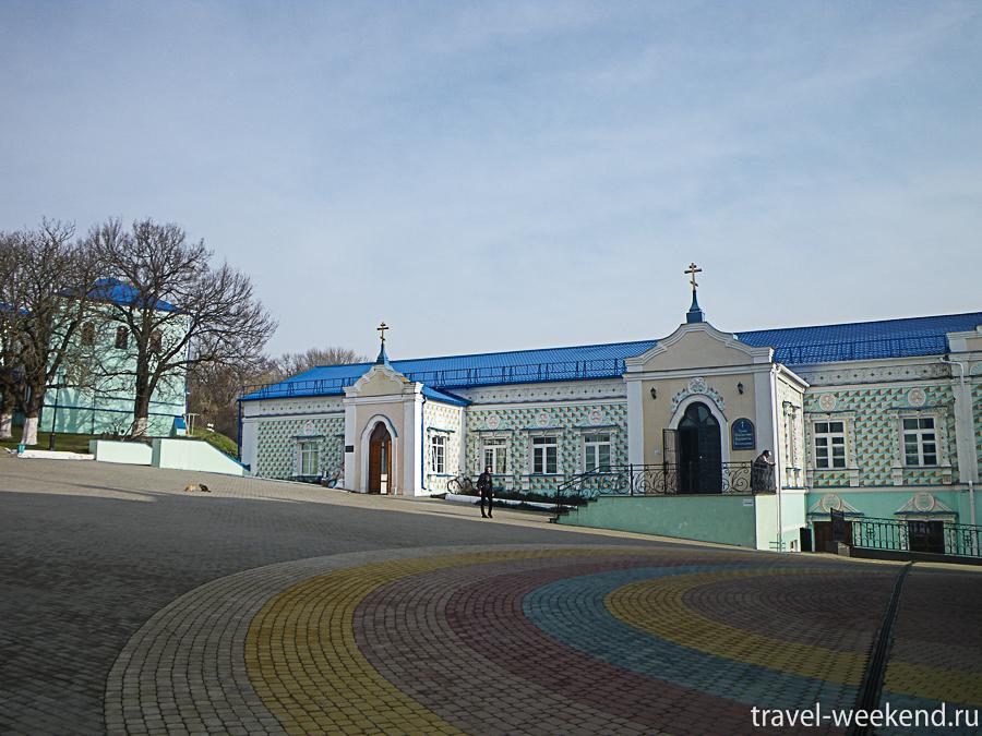 На площади два храма: собор Вознесения Богородицы и церковь Вознесения Богородицы.