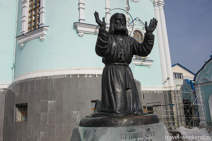 памятник Серафиму Саровскому в Коренной пустыни
