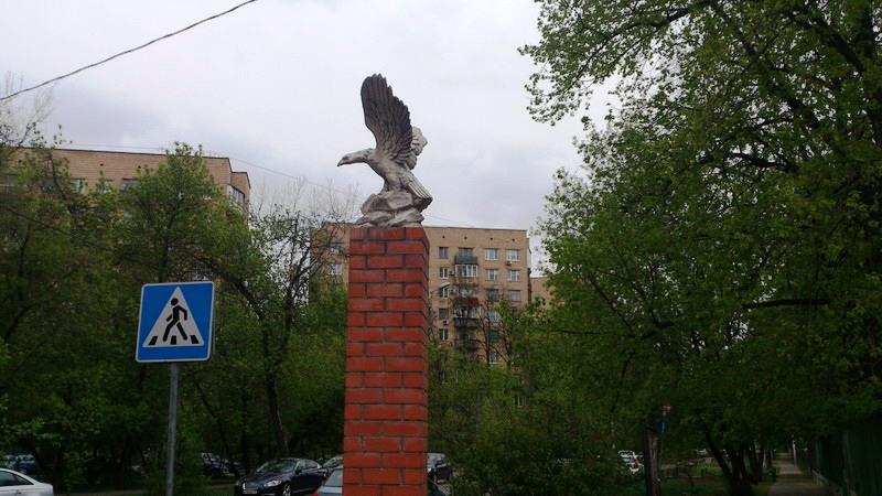 Птица на входе в поселок