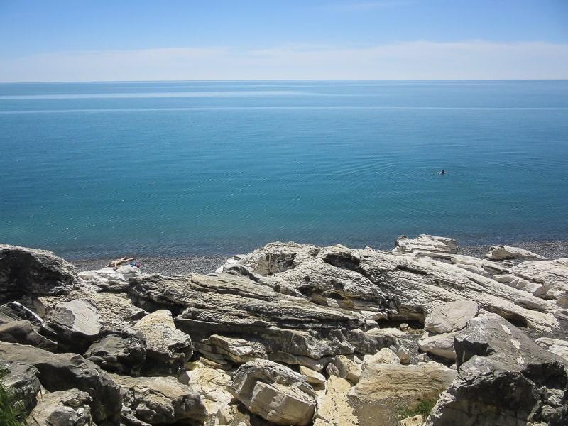 абхазия пляжи белые скалы
